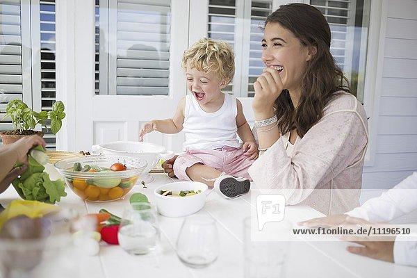 Glückliche Familie beim Zubereiten des Essens zu Hause