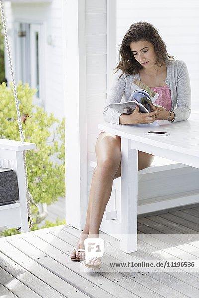 Junge Frau beim Lesen zu Hause