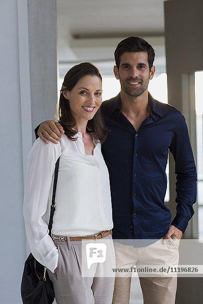 Porträt eines glücklichen Paares am Eingang eines Hauses