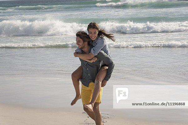 Frau reitet Huckepack auf der Schulter ihrer Freundin