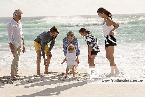 Glückliche Mehrgenerationen-Familie am Strand