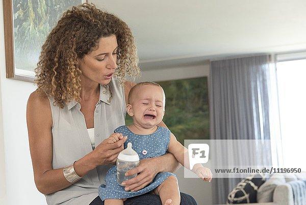 Nahaufnahme einer Mutter  die ihr weinendes Baby tröstet