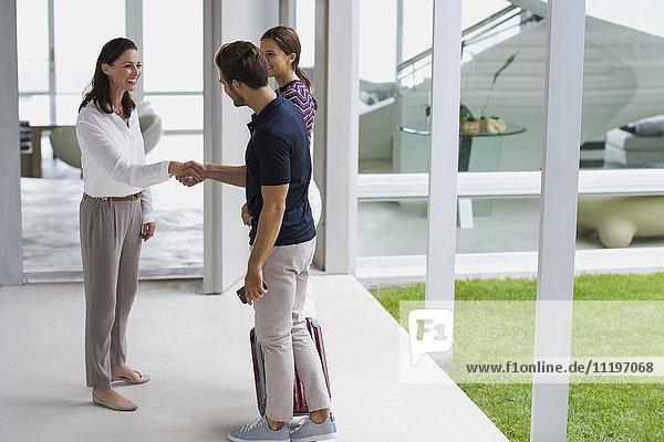 Frau begrüßt ihre Freunde am Eingang