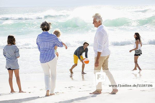 Mehrgenerationen-Familie genießt am Strand