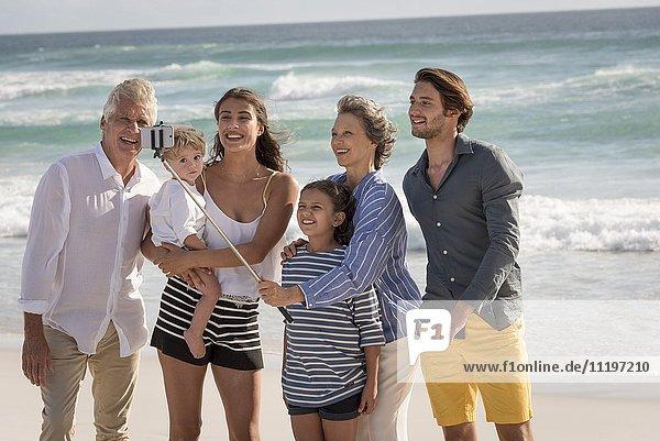 Fröhliche Mehrgenerationen-Familie  die sich zusammen am Strand aufhält