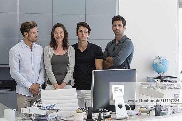 Porträt einer glücklichen Geschäftsfrau mit ihren Amtskollegen