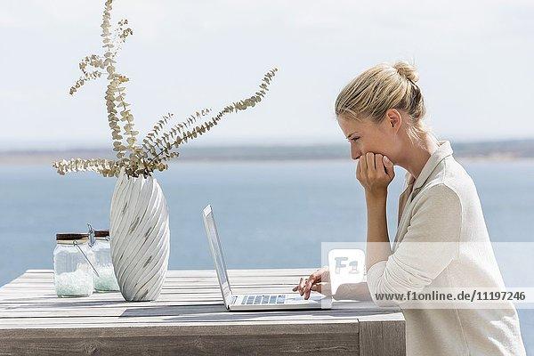 Schöne junge Frau mit einem Laptop