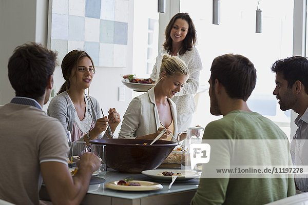 Gruppe von Freunden beim Mittagessen am Esstisch