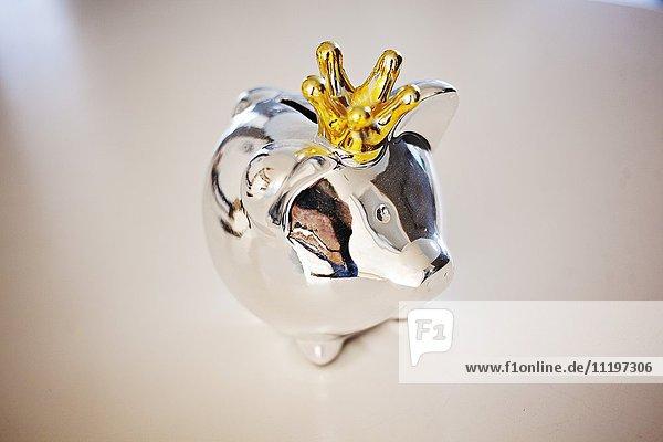 Nahaufnahme eines Metall-Sparschweins