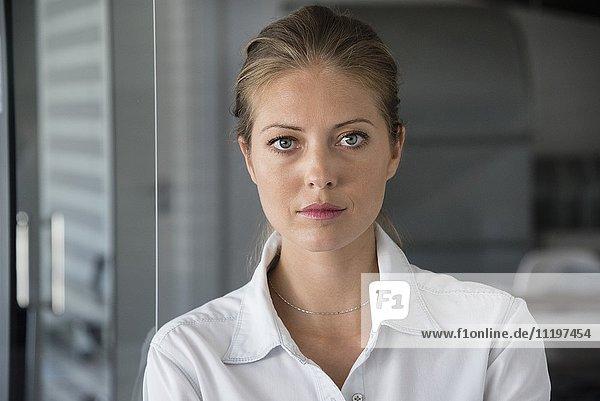 Porträt einer Geschäftsfrau  die ernsthaft aussieht