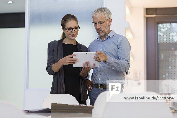Design-Profis mit einem digitalen Tablett im Büro