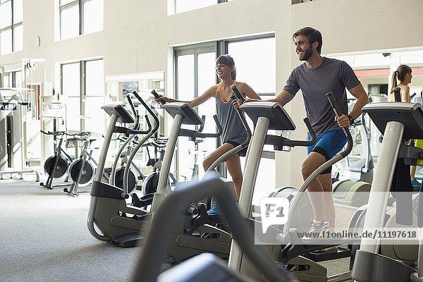 Jugendliche trainieren an Maschinen in einem Fitnessstudio
