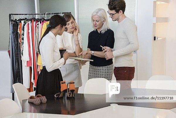 Design-Profis  die im Bekleidungsdesign-Studio arbeiten