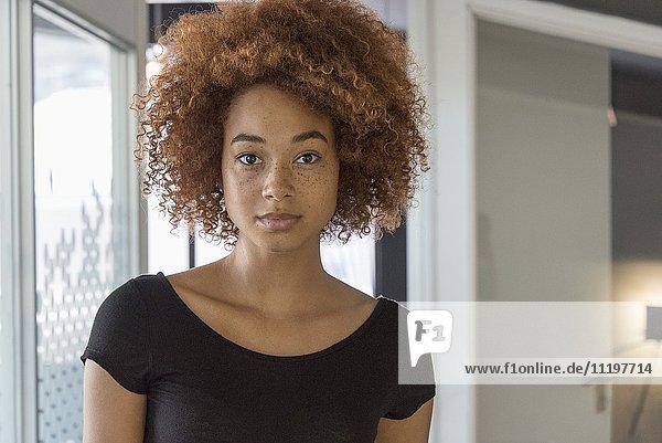 Porträt einer jungen Frau  die ernsthaft aussieht