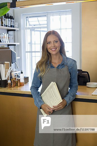 Porträt einer glücklichen Frau im Restaurant