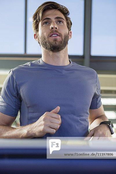 Junger Mann beim Training in einem Fitnessstudio