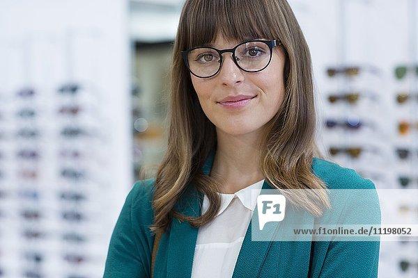 Porträt einer glücklichen jungen Geschäftsfrau  die im Büro lächelt