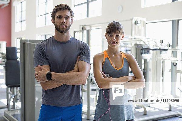 Porträt eines jungen Paares im Fitnessstudio