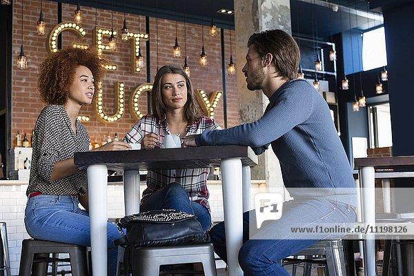 Freunde beim Kaffeetrinken am Kaffeetisch