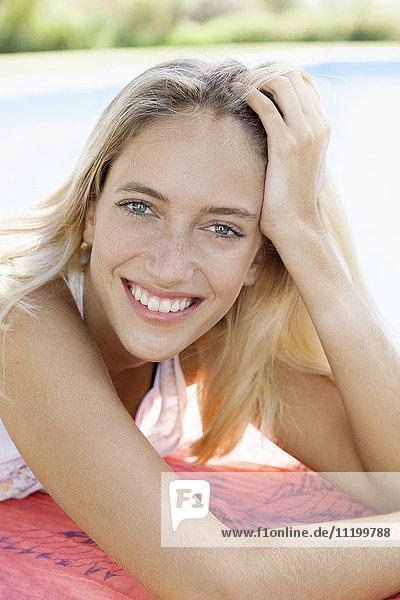 Frau entspannt am Pool  Portrait