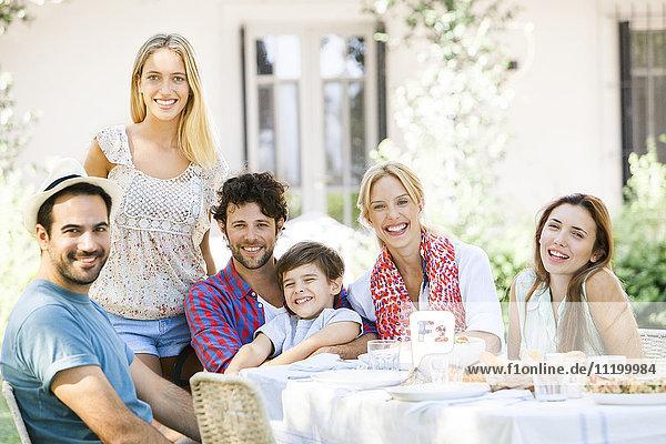 Freunde beim gemeinsamen Essen im Freien