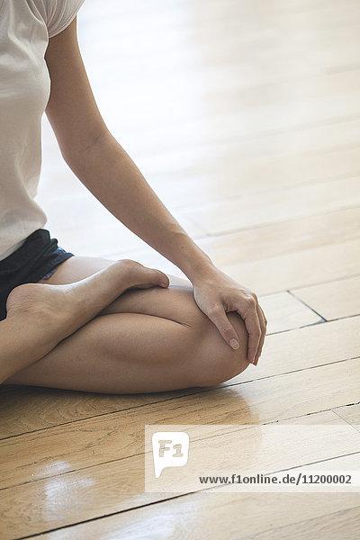 Frau sitzend in Lotusstellung  beschnitten