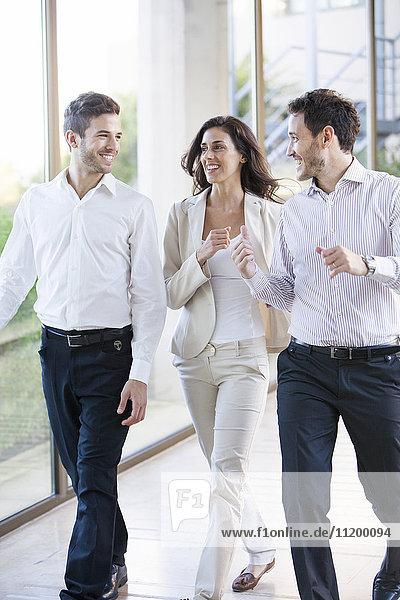 Geschäftsleute im Gespräch mit Begeisterung