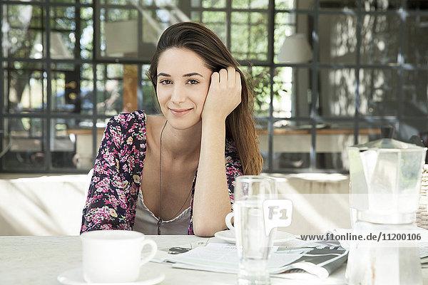 Junge Frau beim Essen im Freien