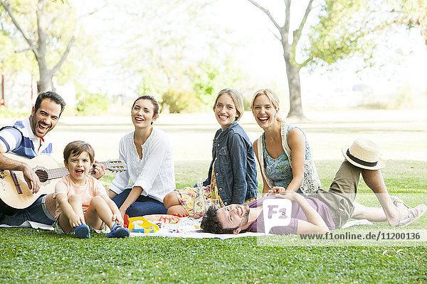 Freunde entspannen gemeinsam im Park