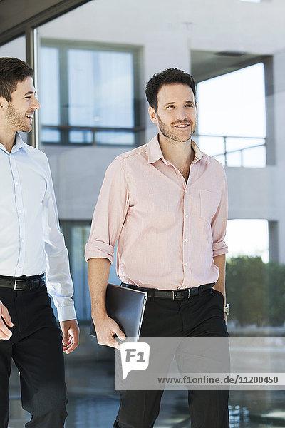 Geschäftlich verbundenes gemeinsames Gehen im Büro
