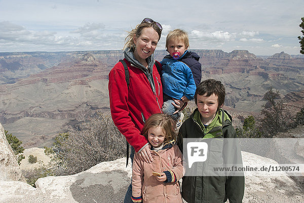 Mutter und Kinder im Grand Canyon in Arizona  USA