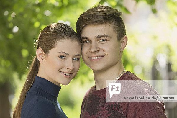 Porträt eines lächelnden romantischen Paares im Park