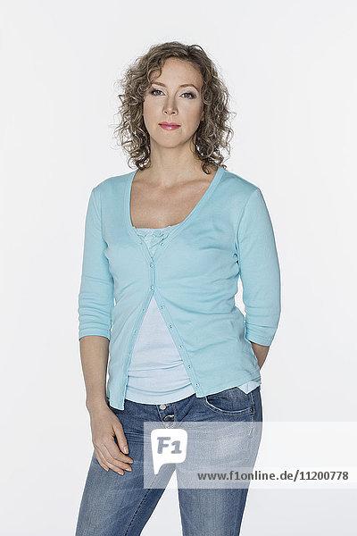Porträt einer schönen Frau mit lockigen Haaren auf weißem Hintergrund