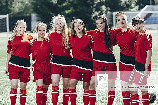 Porträt von lächelnden Fußballspielern auf dem Spielfeld