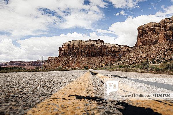 Straße in Richtung felsige Berge gegen den Himmel  Canyon Lands  Nationalpark  Moab  Utah  USA
