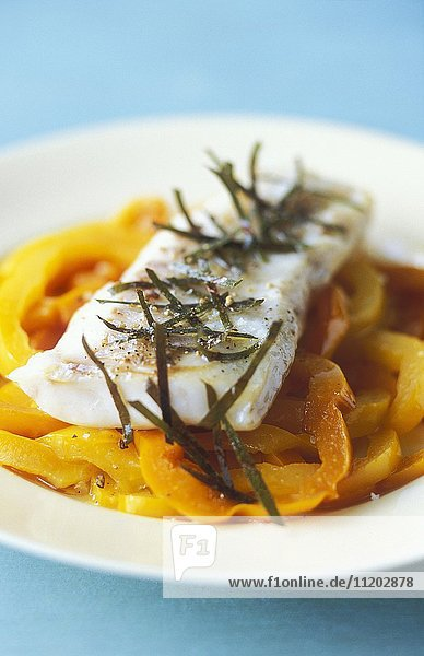 Cod fillet with yellow peppers and bay leaves