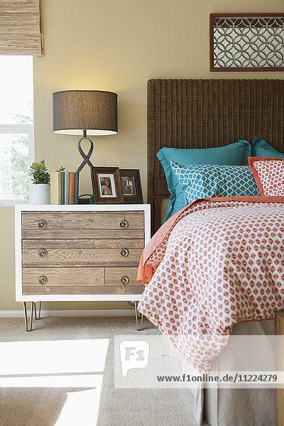 Bauwerk,Beistelltisch,Beleuchtung,Bett,Bilderrahmen,blau