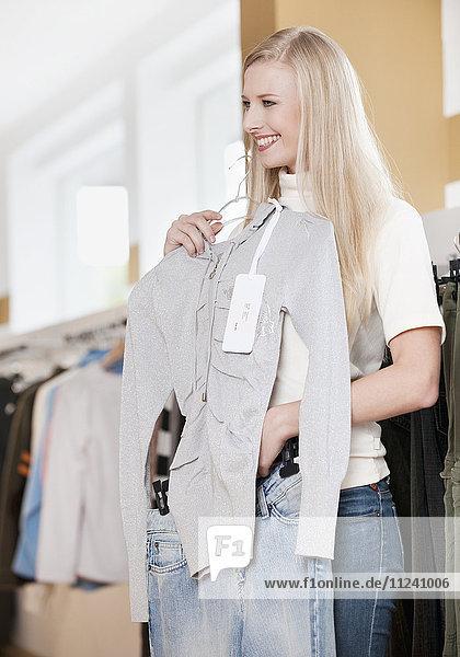 Frau beim Shoppen in einem Bekleidungsgeschäft