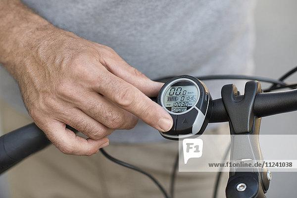 E-Bike-Display und Männerhand