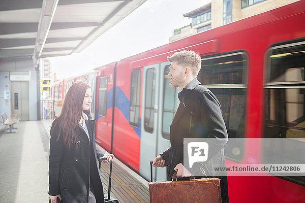 Geschäftsfrau und Geschäftsmann im Bahnhof der Docklands Light Railway  London