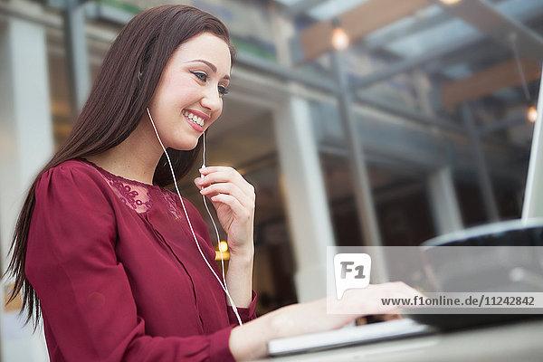 Geschäftsfrau arbeitet mit Laptop im Café
