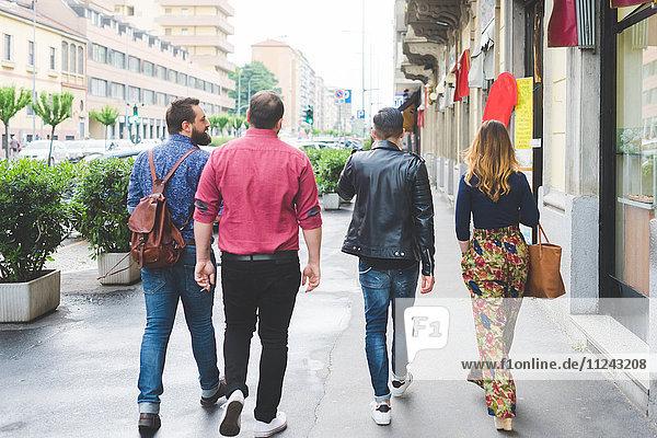 Gruppe von Freunden  die auf dem Bürgersteig laufen