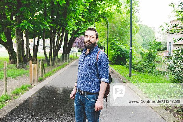 Mann posiert im Park