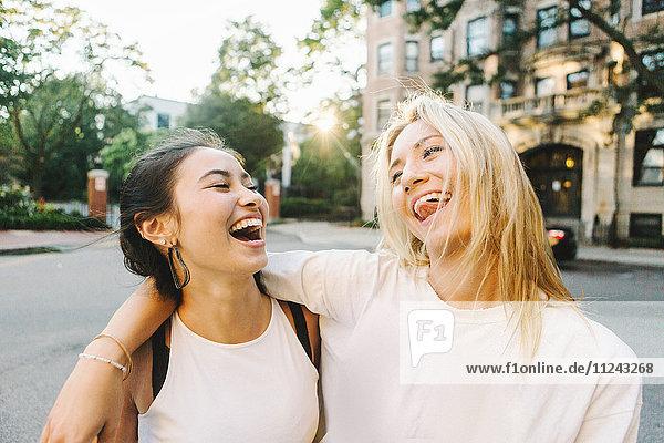 Frauen lachen auf der Straße