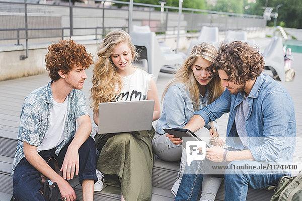 Freunde auf Social Media im Freien