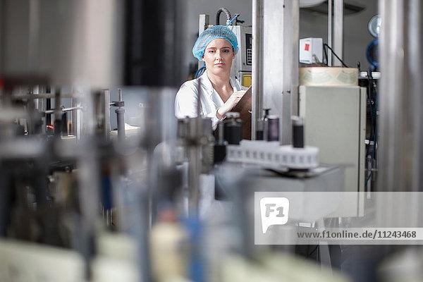 Labortechniker prüft Ausrüstung im Labor der Verpackungsfabrik