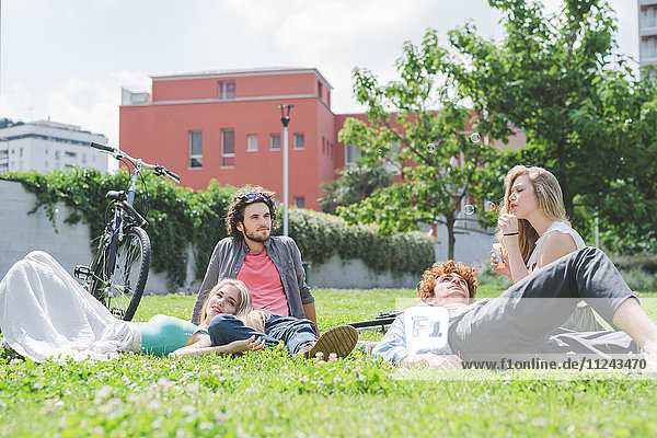 Paare entspannen sich im Park