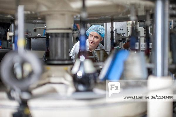 Labortechniker prüft Ausrüstung im Verpackungswerk