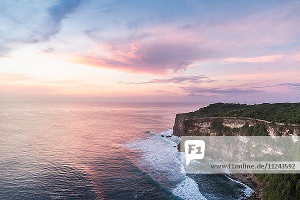 Erhöhte Ansicht von Klippen und Meer bei Sonnenuntergang  Uluwatu  Bali  Indonesien