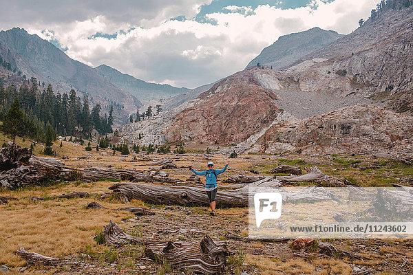 Porträt einer mittleren erwachsenen Frau  Mineral King  Sequoia-Nationalpark  Kalifornien  USA